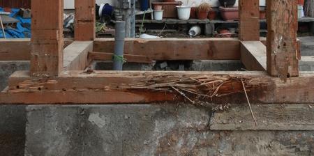 土台が腐食して、耐震補強が必要