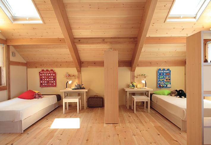 無垢材を使ったインテリアを紹介 子供室 赤松ディスプレイラック/ローボード引出し【夢ハウス】